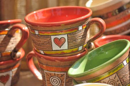 ollas de barro: Las ollas de barro y jarras para la venta. Foto de archivo