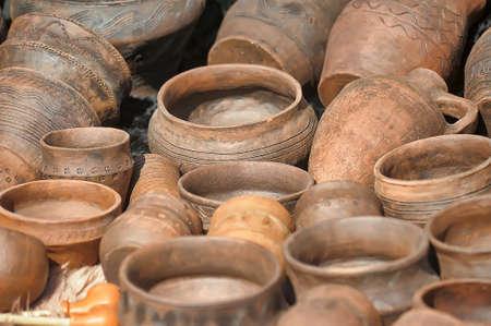ollas de barro: ollas de barro hechas a mano en un taller.