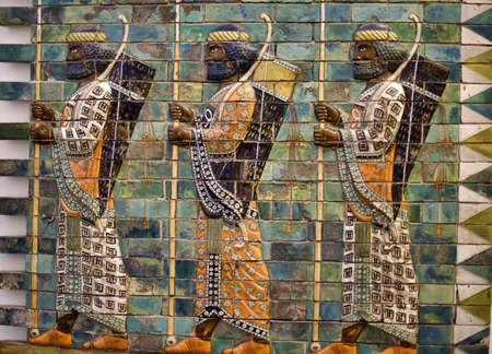 바빌론 궁수. 활과 창을 가진이 남자는 이슈타르의 문, 고대 바빌론에 문 중 하나에 그려져있다. 기본 구조는 독일 베를린에서, 페르가몬 박물관에 복