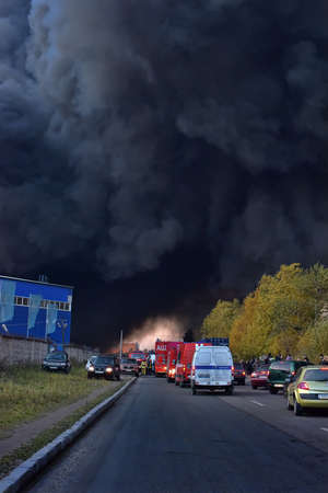 suffocating: The suffocating smoke and soot in fires in St. Petersburg Parnas industrial zone in the warehouse of the fifth degree of difficulty.
