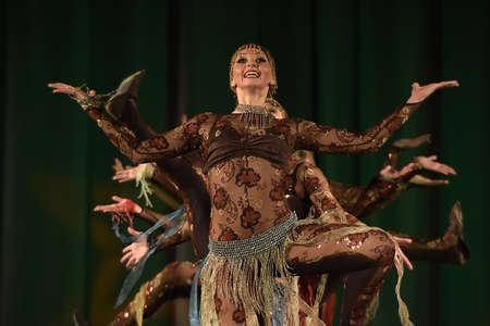 danza contemporanea: Stage performance of contemporary dance group, St. Petersburg, Russia.