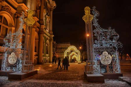 leds: Glowing puerta - decoraciones de Navidad en el Palacio de Invierno, San Petersburgo, Rusia. Editorial