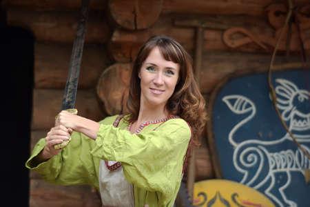 緑の女性は手に剣とドレスします。