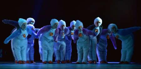 Children in a suit of penguins dance on a stage, Children's dance group, Petersburg, Russia 版權商用圖片 - 78382540