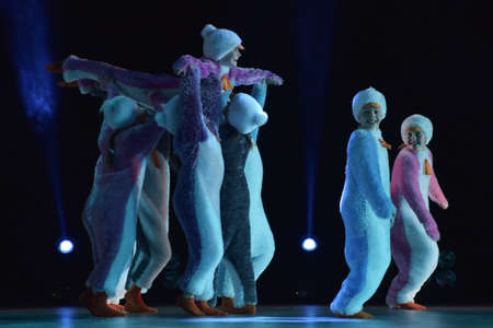 Children in a suit of penguins dance on a stage, Children's dance group, Petersburg, Russia 版權商用圖片 - 78382542