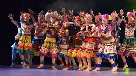 traje mexicano: Niños en trajes mexicanos bailan en el escenario, Teatro de estilo de miniaturas coreográficas, Actuación en San Petersburgo, Rusia