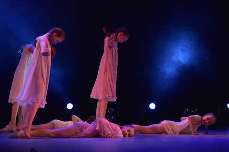 Chicas en trajes de aire rosa bailando en el escenario, Teatro de estilo de miniaturas coreográficas, el rendimiento en San Petersburgo, Rusia Foto de archivo - 89894071