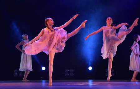 Chicas en trajes de aire rosa bailando en el escenario, Teatro de estilo de miniaturas coreográficas, el rendimiento en San Petersburgo, Rusia Foto de archivo - 89894073