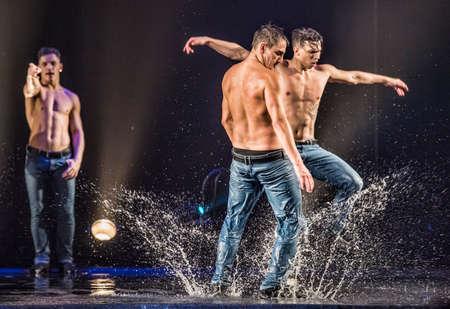 Actuación de la danza del teatro de San Petersburgo Tentación. Foto de archivo - 79044890