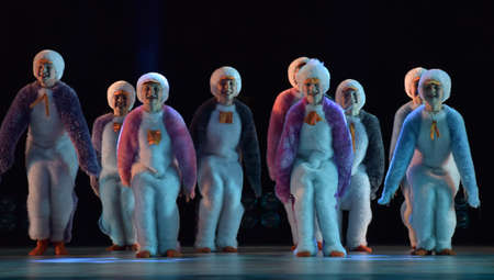 Children in a suit of penguins dance on a stage, Children's dance group, Petersburg, Russia 版權商用圖片 - 79205566