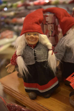 Sweden, Kirkenes. 11,12,2017 Swedish Christmas gnomes at the Christmas market in the souvenir shop Standard-Bild - 138119657