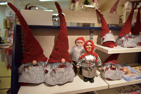 Sweden, Kirkenes. 11,12,2017 Swedish Christmas gnomes at the Christmas market in the souvenir shop Standard-Bild - 138117302