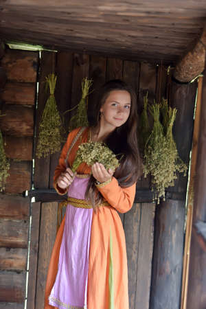Porträt einer jungen schönen dunkelhaarigen Frau in ethnischer Kleidung Standard-Bild