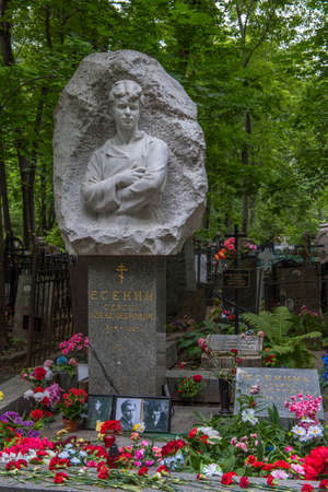 Moscow, Russia - 07.07.2019 Monument to the Russian poet Sergei Yesenin on the Vagankovo Cemetery in Moscow. 新聞圖片