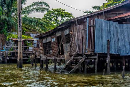 Thailand, Bangkok, 06.07.2019 Riverside slums & Fishermen Life in Chao Phraya River Banque d'images - 142974854