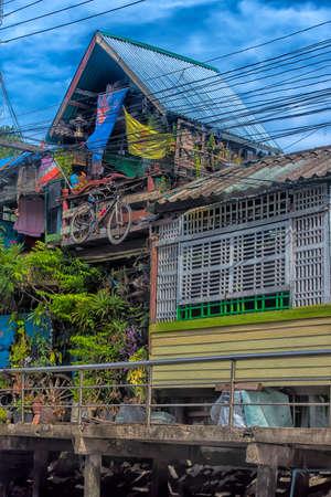 Thailand, Bangkok, 06.07.2019 Riverside slums & Fishermen Life in Chao Phraya River Banque d'images - 142974866