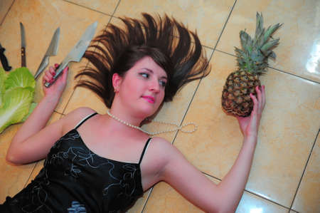 portrait of a woman with a knife and pineapple 免版税图像