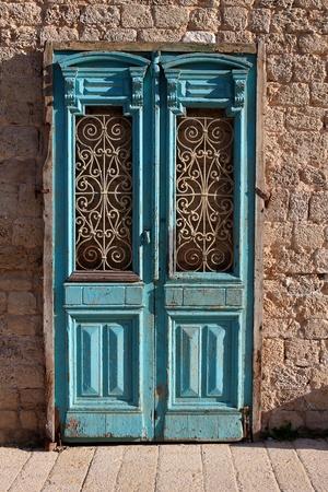 porte ancienne: Une vieille porte de la maison abandonn�e � Jaffa Banque d'images