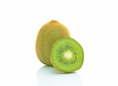 kiwi fruta: Tres kiwi sobre fondo blanco