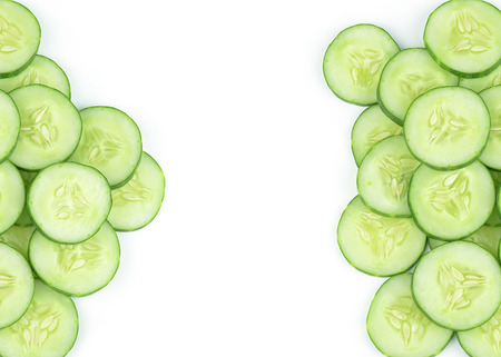 Komkommer en plakjes geïsoleerde over witte achtergrond Stockfoto