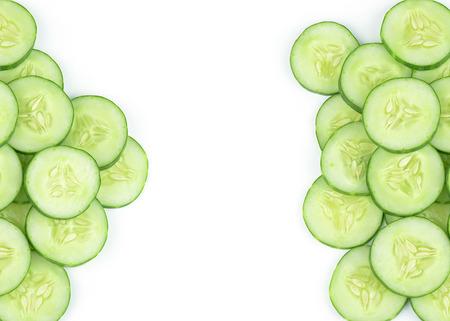 Komkommer en plakjes geïsoleerde over witte achtergrond Stockfoto - 30235187