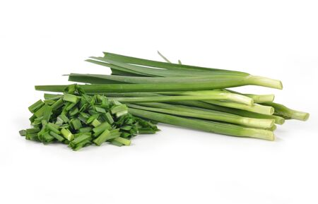 cebollines: cebollino ajo aislados sobre fondo blanco Foto de archivo
