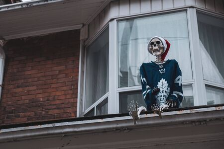 Toronto, ON Canada 12/27/19: Skeleton dressed in a Maple Leafs team jersey placed on top of a roof. Sajtókép