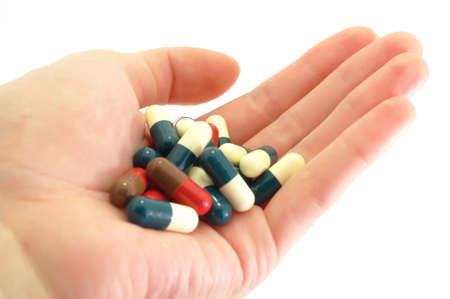 薬の丸薬を手でカプセルします。