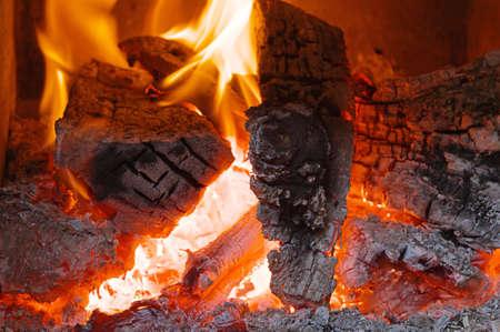 Feuer im Kamin mit Brennholz Interior in Flammen