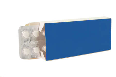 흰색 배경에 팩 파란색 정제 알약