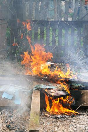 Fuego quema de la basura tóxica de llama
