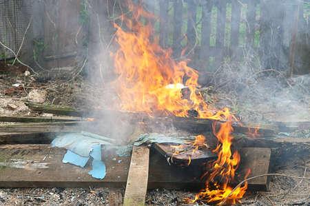 Feu Flamme toxiques nuages ??dans la ville Banque d'images - 13305940