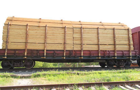 logging railroads: Freight Train con carico trasporto di container di legno Archivio Fotografico