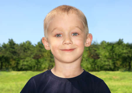 Boy Child Portrait carino con la foresta su sfondo Archivio Fotografico