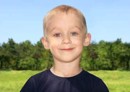Boy Child Portrait mignon avec la forêt sur fond Banque d'images
