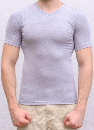 T-Shirt aus Baumwolle auf einen jungen Mann Template Athletisch Körper Sportler Oberkörper Vorderansicht