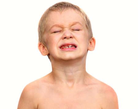 痛みを作る小さな男の子の子供の泣き顔がふくらはぎを示す 写真素材