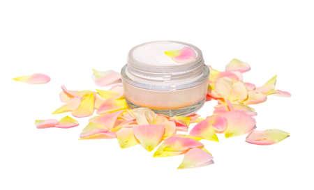 Crema Cosmética Cuidado de la Piel Orgánico Belleza con pétalo de rosa bio natural, aislado en fondo blanco Foto de archivo