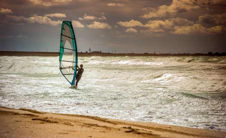windsurfing: Sea Windsurf Deporte acuático vela ocio activo formación Windsurf en olas de día de verano estilo de vida concepto