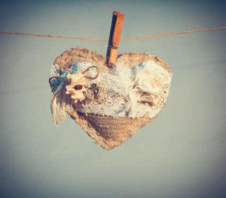 Simbolo di cuore di amore con i fiori bianchi decorazione festa San Valentino appeso sul pin stile retrò vintage background da sposa di design