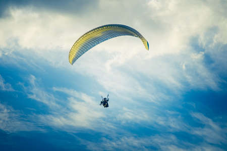 parapente: Parapente deporte extremo con el cielo azul y las nubes en el fondo estilo de vida saludable y el concepto de la libertad Vacaciones de Verano Foto de archivo