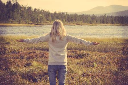 배경 트렌디 한 레트로 색상에 야외 손 제기 라이프 스타일 휴가 개념 숲과 호수 편안한 젊은 여자