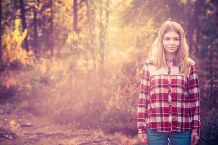 chemise carreaux: Jeune femme marchant porter ext�rieure hippie chemise � carreaux Lifestyle for�t nature sur fond
