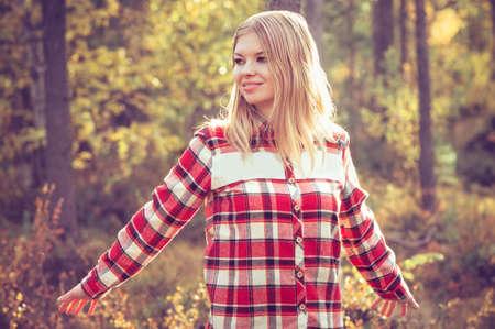 chemise carreaux: Jeune femme marchant en plein air portant hippie chemise � carreaux for�t Lifestyle Voyage nature sur fond