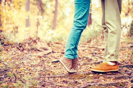 カップル男と愛ロマンチックなアウトドア ・ ライフ スタイル ファッションのトレンディなスタイルの背景に自然に女性の足 写真素材