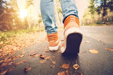 Frauenfüße Turnschuhe auf Herbst Wandern Blätter im Freien mit Herbst-Saison Natur im Hintergrund Lifestyle Fashion trendy Stil Lizenzfreie Bilder