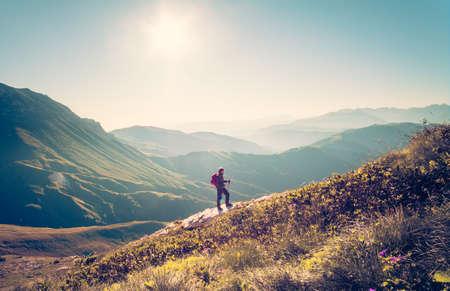 Muž cestovatel s batohem trekking Cestovní koncept životního stylu hor na pozadí Letní prázdniny aktivity venkovní letecký pohled Reklamní fotografie