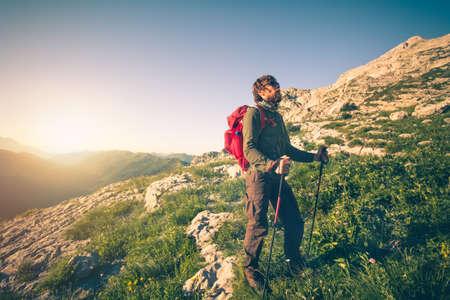 Jeune Homme Avec Sac à Dos Alpinisme Voyage En Plein Air Concept ...