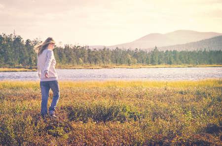 Mujer de viajeros de caminar solo viaje estilo de vida concepto de las vacaciones de verano los bosques de tundra al aire libre en el fondo