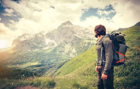 L'uomo viaggiatore con il concetto zaino trekking Viaggi Lifestyle montagne sullo sfondo vacanze avventura viaggio estivo all'aperto